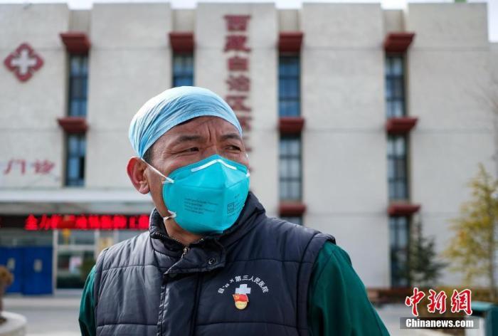 2月3日,西藏自治区第三人民医院负责发热门诊工作的该院急诊科主任普琼。中新社记者 何蓬磊 摄