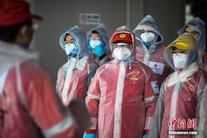 资料图:南京市志愿者为防疫工作提供帮助。泱波 摄