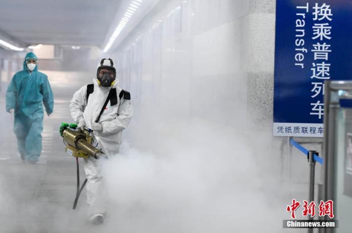 2月4月,为应对新型冠状病毒感染的肺炎疫情,十余位来自长沙蓝天救援队的志愿者手持重型消毒机器,对长沙火车站内外进行消毒杀菌,防止病毒传染。图为志愿者为人行对人行通道进行消毒。杨华峰 摄
