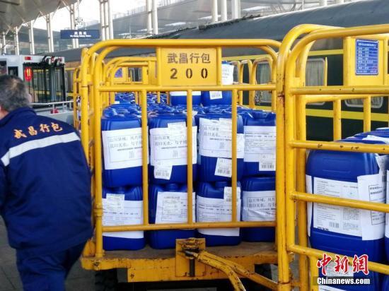 资料图:2月4日上午,由上海南开往成都方向的K354次列车抵达武昌站,满载15.2吨防疫物资驰援武汉。/p中新社发 陈浩 摄