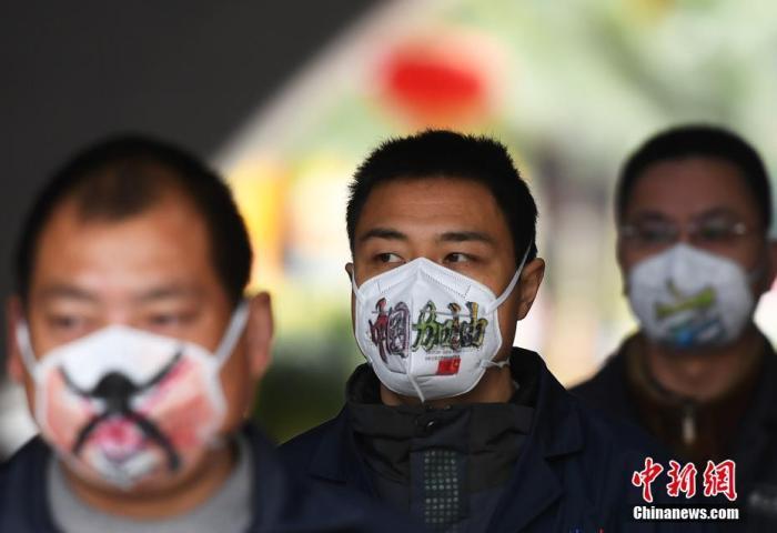 """图为口罩上手绘的""""中国加油""""字样。陈超 摄"""