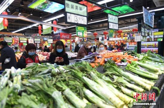 资料图:2月4日,市民佩戴口罩购买蔬菜。<a target='_blank' href='http://www.chinanews.com/'>中新社</a>记者 李晨韵 摄