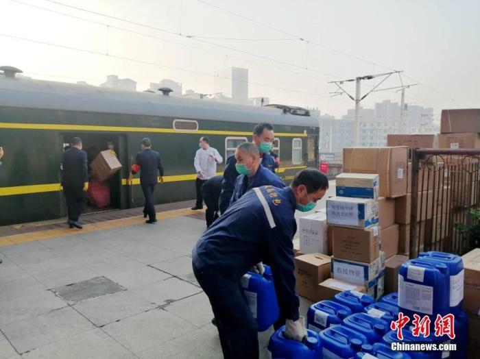 资料图:工作人员在搬运医疗物资。中新社发 陈浩 摄