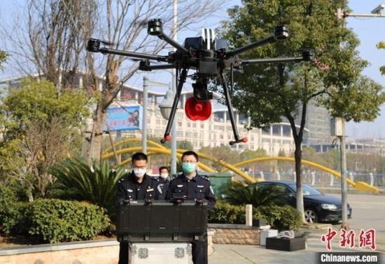 资料图:2月4日,在江西省瑞昌市大塘村,民警通过无人机对人员密集公共场所进行巡视、喊话。/p中新社发 魏东升 摄