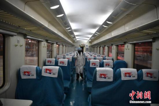 资料图:列车进行消毒工作。<a target='_blank' href='http://www.chinanews.com/'>中新社</a>记者 刘冉阳 摄