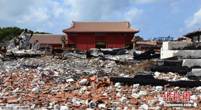 当地时间2020年2月4日,日本冲绳首里城被烧毁的残骸区域首次对媒体公开,残骸内遍布被烧焦的柱子与变形的钢筋。