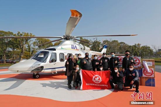 2月5日,一架AW139中型双发直升机从位于上海市松江区某通用机场起飞,满载着2000件医用防护服和10500只医用口罩等医疗物资直飞湖北省黄冈市。此次运送由上海新空直升机有限公司提供物资免费运输服务,3个半小时就能从上海飞抵黄冈。<a target='_blank' href='http://uean.cn/'>中新社</a>记者 殷立勤 摄