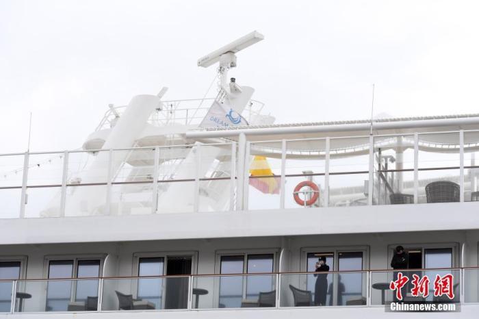 """2月5日,曾经接载新型肺炎确诊患者的邮轮""""世界梦号"""",当天早上抵达香港启德邮轮码头。香港特区政府卫生署表示,将以审慎方法处理检疫工作,所有人未经署方许可不准下船。邮轮""""世界梦号""""在1月的一次行程中曾经接载新型肺炎确诊患者。<a target='_blank' href='http://www.chinanews.com/'>中新社</a>记者 麦尚旻 摄"""
