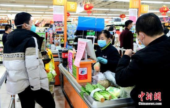 资料图:福州永辉超市收银员正在工作中。<a target='_blank' href='http://www.chinanews.com/'>中新社</a>记者 王东明 摄