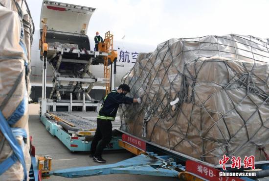 2月5日,工作人员将华侨华企捐赠的物资从飞机上卸下。当日,由菲律宾中国商会、菲华各界联合会、菲律宾浙江总商会等侨团和社会组织筹措的200余万个口罩及数万件防护服等防疫物资抵达浙江杭州,为战胜疫情贡献力量。<a target='_blank' href='http://www.iis24.com/'>中新社</a>记者 李晨韵 摄