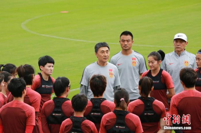 当地时间2月6日,参加2020年东京奥运会女足亚洲区预选赛B组赛事的中国国家女子足球队,在结束于布里斯班的隔离后,甫抵悉尼,即展开训练,备战7日举行的奥运会亚洲区预选赛B组与泰国女足的比赛。图为中国国家女子足球队主教练贾秀全(中)做赛前动员。中新社记者 陶社兰 摄