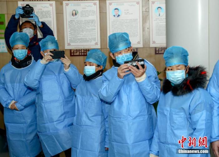 2月6日,湖北省中西医结合医院有18例新型冠状病毒感染的肺炎患者通过中西医结合治疗后痊愈出院。<a target='_blank' href='http://www.chinanews.com/'>中新社</a>记者 张畅 摄