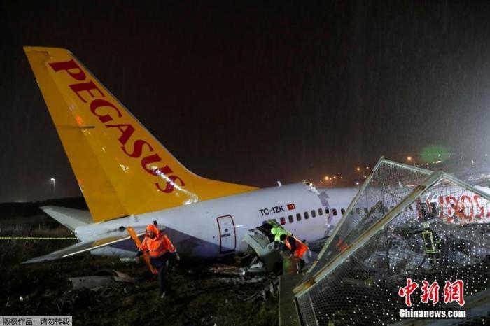 据土耳其媒体报道,在伊斯坦布尔萨比哈・格克琴机场降落时滑出跑道,机身严重损坏,断成三截。