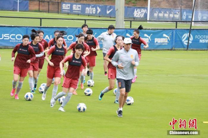 当地时间2月6日,参加2020年东京奥运会女足亚洲区预选赛B组赛事的中国国家女子足球队,在结束于布里斯班的隔离后,甫抵悉尼,即展开训练,备战7日举行的奥运会亚洲区预选赛B组与泰国女足的比赛。图为中国国家女子足球队队员在训练中。<a target='_blank' >中新社</a>记者 陶社兰 摄