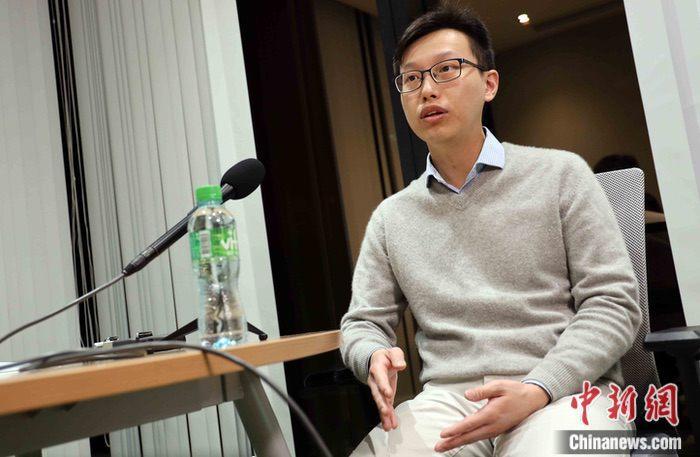 """型冠状病毒感染的肺炎疫情在香港爆发,近日香港北区医院外科医生王乔峰接受<a target='_blank' href='http://www.chinanews.com/'>中新社</a>记者访问时说,""""内地很多医护人员,远离家乡,与亲人分别,义不容辞地走向抗疫前线。""""他说,在电视上看到很多医护人员甚至因为防护装备的不足,需要长时间佩戴口罩而无法摘除,鼻梁、面颊都被压出痕迹,令他十分动容。<a target='_blank' href='http://www.chinanews.com/'>中新社</a>记者 洪少葵 摄"""