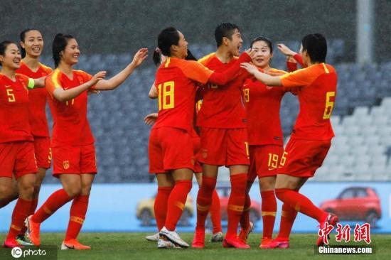资料图:7日,一场6:1,中国女足在奥预赛首战中大胜泰国女足。赛前历尽波折的女足取得完美开局,在抗击疫情的节点下,更是十分提振人心。本届奥预赛中国女足与泰国、澳大利亚、中国台北分在B组,该组小组赛阶段的比赛原本在武汉进行,铿锵玫瑰们也本应享受着东道主的优势,但一场突如其来的疫情,打破了原有的计划。图为中国女足队员庆祝李影进球。