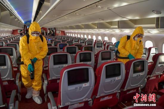 资料图:海南航空近日加强对所有航班客舱消毒工作。<a target='_blank' href='http://www.chinanews.com/'>中新社</a>记者 骆云飞 摄