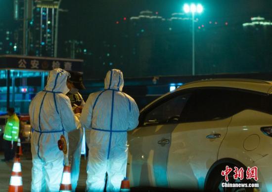 2月6日晚间,陕西省西安市有关部门的工作人员在进入城区的高速公路收费站口开展对新型冠状病毒感染的肺炎疫情的防控工作。<a target='_blank' href='http://www.chinanews.com/'>中新社</a>记者 侯宇 摄