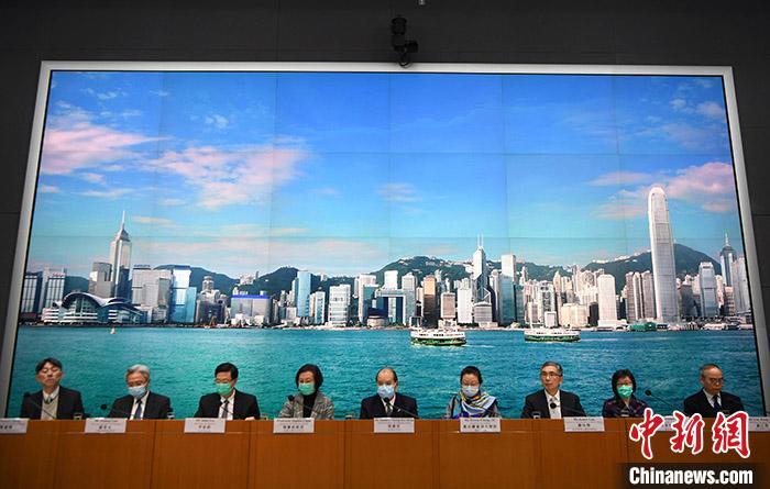 2月7日,香港特区政务司司长张建宗(中)及一众官员会见传媒,公布从内地入境香港人士强制检疫14天的细节及具体安排,预计措施将会进一步压缩香港与内地的跨境人流。 <a target='_blank' href='http://www.chinanews.com/'>中新社</a>记者 麦尚旻 摄