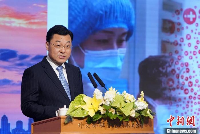"""2月7日,谢锋特派员在外交部驻港公署举行抗击新型冠状病毒肺炎疫情中外记者会并发表讲话,从""""中国速度""""、""""中国温度""""、""""中国制度""""三个层面坚定国际社会对中国打赢疫情防控阻击战的信心。谢锋指出,近来一些国家和地区出现针对中国人和亚洲人的歧视、侮辱甚至暴力行为;隔绝病毒,不能隔绝地球村的居民,不能将病毒与特定国籍、地域、种族划等号;人类已经饱受新冠病毒之苦,不应该再受到歧视、仇恨和种族主义""""病毒""""之害。中方敦促有关国家政府采取有效措施切实保障包括武汉等湖北籍同胞在内的中国公民的安全、尊严和人权,依法惩治违法行为。<a target='_blank' href='http://www.chinanews.com/'>中新社</a>记者 张炜 摄"""