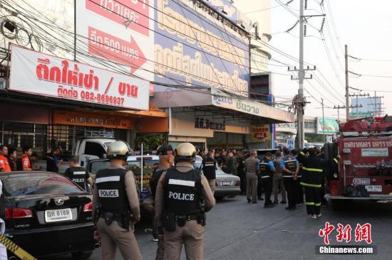 2月9日,泰国军警在枪手藏身的商场附近戒备。泰国军方当日上午宣布,呵叻府枪击事件凶手已被击毙。军方最新认定,凶手一共开枪杀死了20人,并致42人受伤。<a target='_blank' href='http://www.chinanews.com/'>中新社</a>记者 王国安 摄
