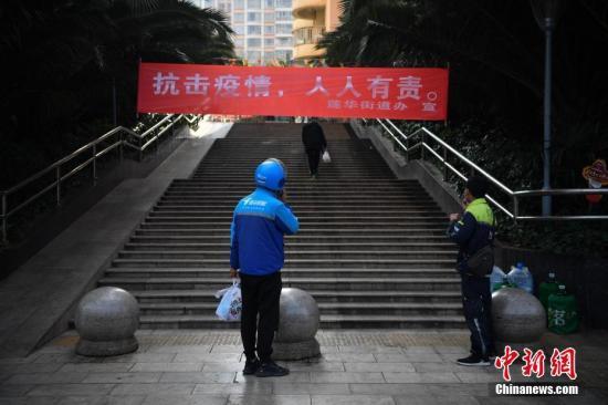 2月8日,昆明小区现在封闭管理,外卖小哥在门口等顾客取货。 <a target='_blank' href='http://www.chinanews.com/'>中新社</a>记者 刘冉阳 摄