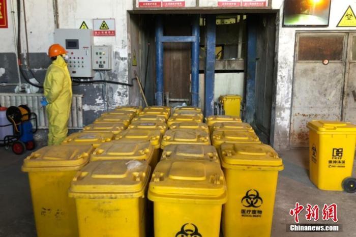 资料图:工作人员将医疗废物桶运送至焚烧炉。 <a target='_blank' href='http://www.chifinland.cn/'>中新社</a>记者 李佩珊 摄