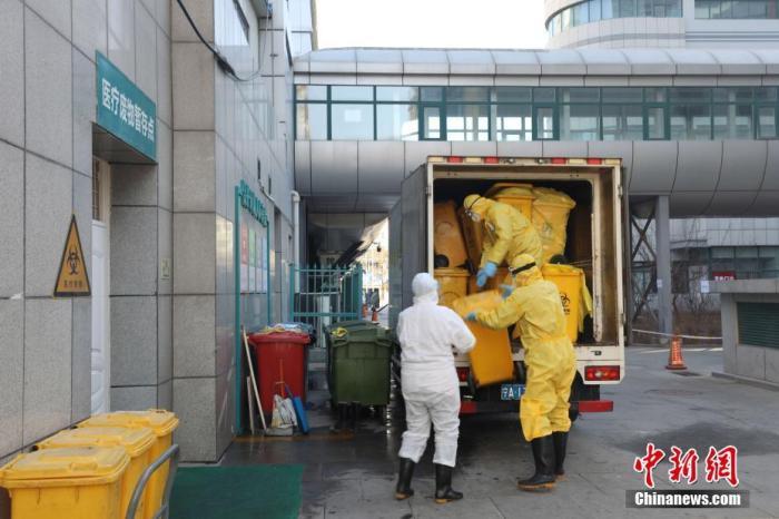 资料图:工作人员处置医疗废物。 中新社记者 李佩珊 摄