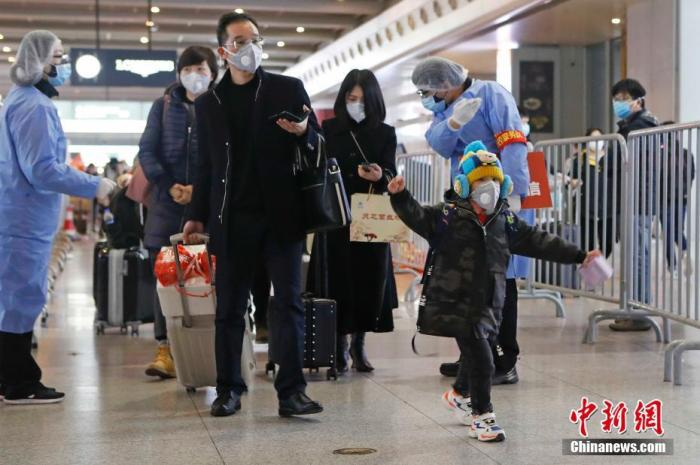 """2月8日晚,上海市公安局闵行分局民警在铁路上海虹桥站到达层,对抵达上海的旅客进行信息核查。当日,铁路上海虹桥站抵达旅客5.9万人。根据上海市政府要求,所有进沪人员须进行健康信息登记。旅客可提前通过下载上海""""健康云APP""""、扫描列车座位上的二维码或关注""""上海铁路局微信公众号""""等方式,完成""""来沪人员健康登记""""中个人信息填报。出站时,工作人员将对旅客登记填报情况进行核查,通过后方可离开车站。<a target='_blank' href='http://www.chinanews.com/'>中新社</a>记者 殷立勤 摄"""
