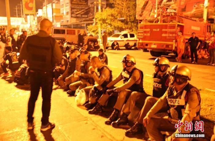 泰国军人滥射造成29死 事发地点民众献花哀悼死者