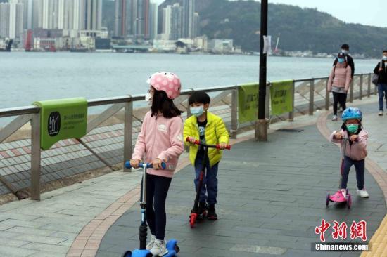 资料图:2月9日,周日的香港,不少市民到海滨公园进行户外活动。<a target='_blank' href='http://www.chinanews.com/'>中新社</a>记者 洪少葵 摄