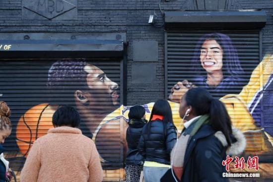 当地时间2月8日,美国纽约巴克莱体育中心外,人们纷纷在一幅新的悼念科比主题的涂鸦前驻足。1月26日,科比·布莱恩特的私人直升机在美国加州小城卡拉巴萨斯坠毁,包括科比及其二女儿在内的机上9人全部遇难。<a target='_blank' href='http://www.chinanews.com/'>中新社</a>记者 廖攀 摄