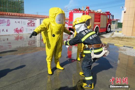 图为对消防员进行消毒。 武子奇 摄
