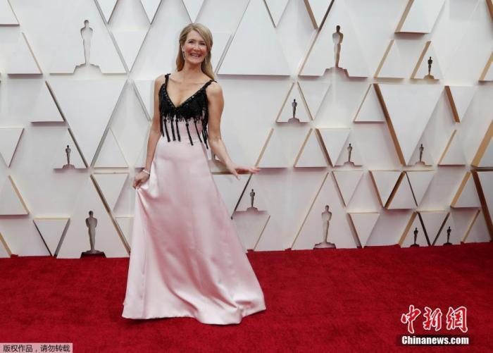 劳拉·邓恩现身奥斯卡红毯,穿黑粉吊带裙尽显优雅高挑,劳拉·邓恩凭《婚姻故事》入围最佳女配。