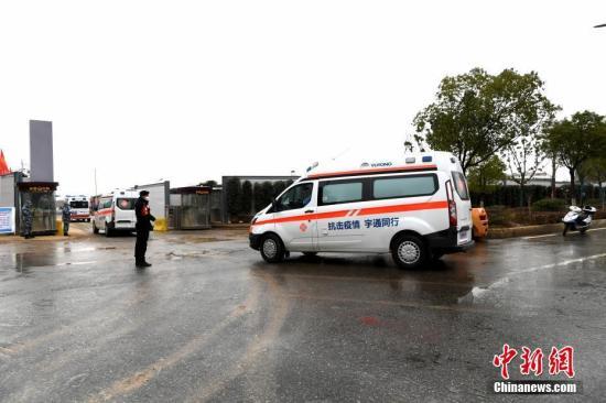 2月10日,武汉市红十字会医院的新冠肺炎患者转运至火神山医院治疗。图为转运患者的救护车队抵达火神山医院。 安源 摄