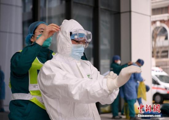 资料图:武汉新冠肺炎患者转院治疗,医护人员正在工作 。安源 摄