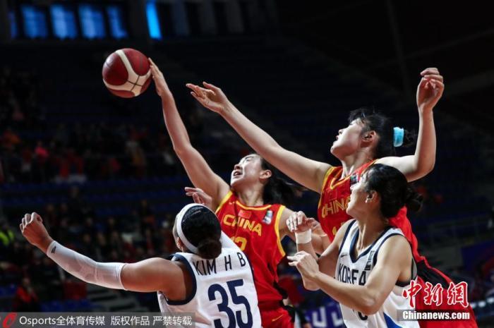 资格赛第三阶段比赛中,中国女篮与英国、西班牙、韩国队同组,原定于在中国佛山举行的比赛由于受疫情影响,转移至塞尔维亚贝尔格莱德进行。尽管失去了主场优势,但中国女篮状态依然出色。 图片来源:Osports全体育图片社