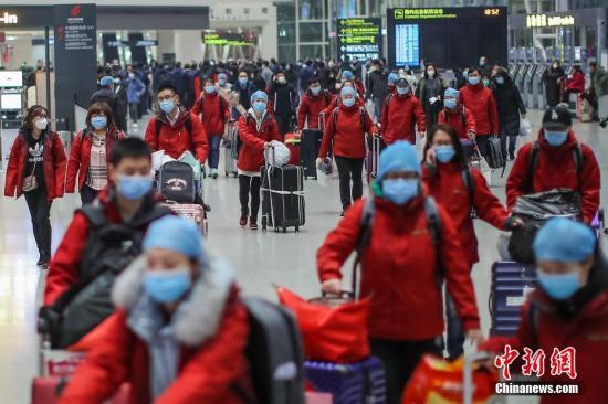 资料图:天津滨海国际机场,天津第五批支援湖北抗疫医疗队出征。中新社记者 佟郁 摄