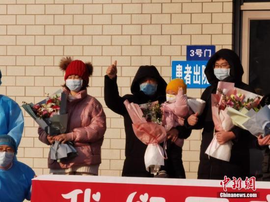资料图:治愈者出院。<a target='_blank' href='http://www.chinanews.com/'>中新社</a>记者 范英杰 摄