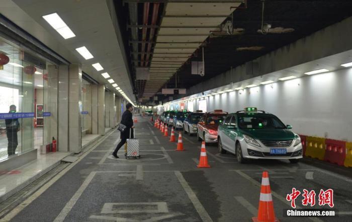 资料图:一名乘客准备乘坐出租车。<a target='_blank' href='http://ldcpsjxz.598xtd.com/'>中新社</a>记者商泽阳摄
