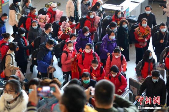 资料图:2月10日,由江苏各地中医系统43名医务工作者、江苏省卫生健康委员会派出领队组成的第三支国家中医医疗队(江苏)在南京集结,奔赴湖北省武汉市,协助当地开展医疗救治工作。 中新社记者 泱波 摄