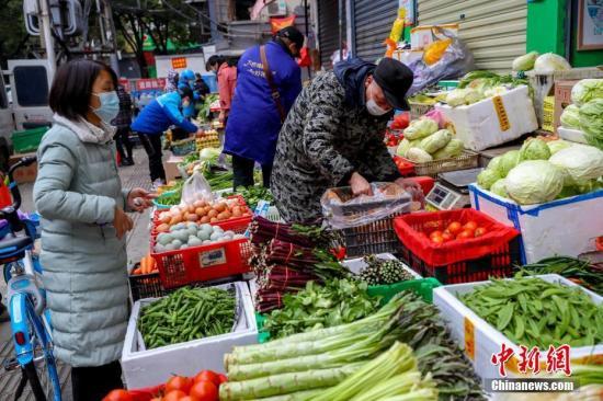 资料图:民众选购蔬菜。<a target='_blank' href='http://www.chinanews.com/' _fcksavedurl='http://www.chinanews.com/'>中新社</a>记者 张畅 摄