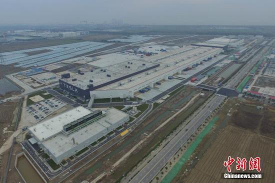 资料图:2月10日�,特斯拉在上海的超级工厂正式复工复产,成为中国最早一批复工的车企之一�。(航拍图片) a target='_blank' href='http://www.chinanews.com/'中新社/a记者 张亨伟 摄