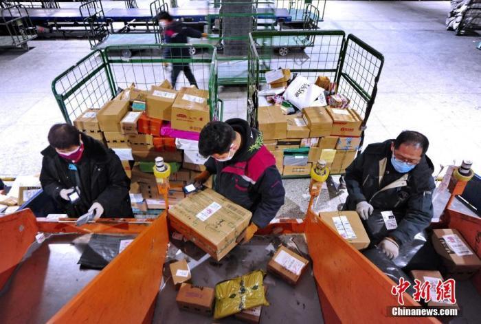 材料图:邮政任务职员正在分捡邮件。中新社记者 刘新 摄