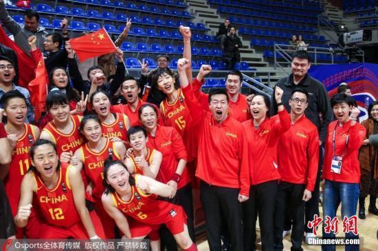 """中国女篮赛后与球迷一同高呼""""武汉加油""""。 图片来源:Osports全体育图片社"""