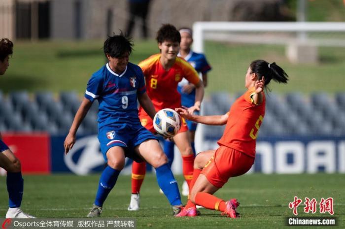 2月10日下午,女足奥预赛中,中国女足5:0大胜中国台北女足,提前一轮小组出线。本场比赛中国女足再次取得顺利开局,仅开场4分钟就由唐佳丽打进一球,此后队长吴海燕扩大比分,王珊珊4分钟内连入两球,李影再添一球。接下来,中国女足将在小组赛末轮对阵澳大利亚女足,此后的附加赛中将对阵韩国或越南女足,胜者进军东京奥运会。图片来源:Osports全体育图片社