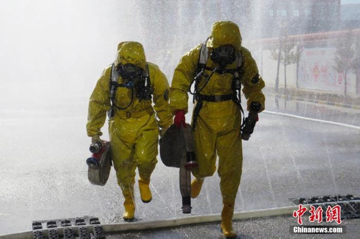 资料图:消防指战员身着重型防化服进行救援演练。 武子奇 摄