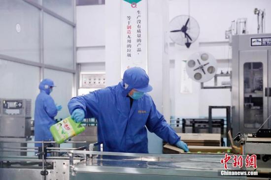 资料图:工作人员在生产线上工作。<a target='_blank' href='http://www.chinanews.com/'>中新社</a>记者 韩海丹 摄