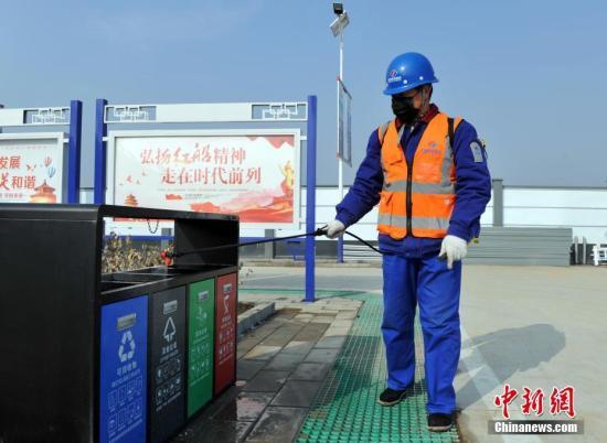 资料图:工作人员喷洒消毒液。 中新社记者 韩冰 摄