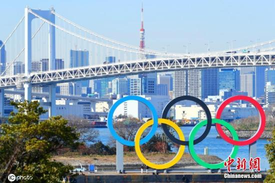 当地时间2月10日,日本东京,台场海滨公园展示奥运五环,迎接即将到来的东京奥运会。